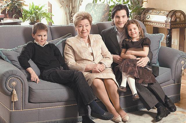 Наина Ельцина с внуками Иваном и Борисом, внучкой Машей.