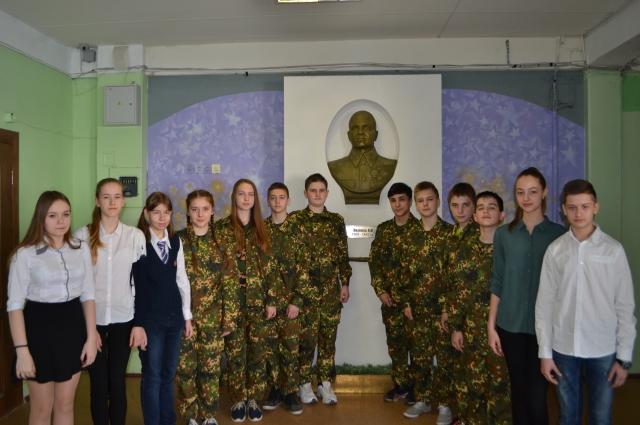 В 94-й школе стоит точная копия городского памятника генералу Лизюкову.