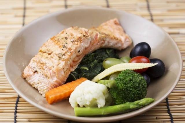 Помимо овощей, в рационе много белка.