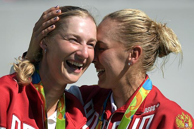 Победительницы в парном разряде женского турнира по теннису россиянки Екатерина Макарова  и Елена Веснина на церемонии награждения.