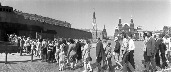 Очередь в Мавзолей В.И. Ленина на Красной площади. 1975 год