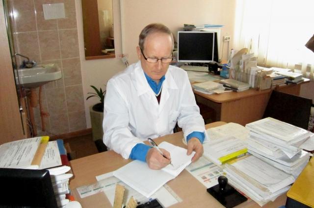 Доктор всегда за работой, даже когда не на приёме.