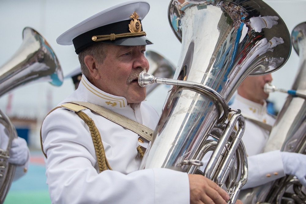 Праздник начался под звуки военного оркестра.