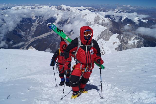 Экспедиция на Эверест стоит до 100 тысяч долларов.