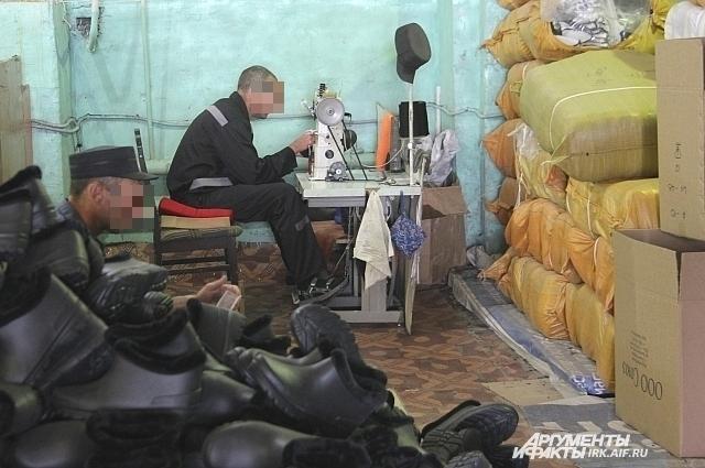 Сейчас в колонии готовятся к холодам - шьют галоши на искусственном меху.