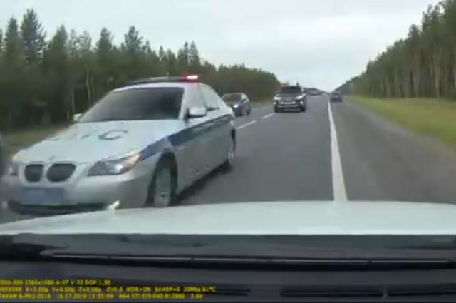 Обратно с пробной поездки губернатор Игорь Орлов вернулся на машине. Рельсовый автобус - это, конечно, хорошо, но по встречке быстрее будет. Это видео уже через час разлетелось по соцсетям.
