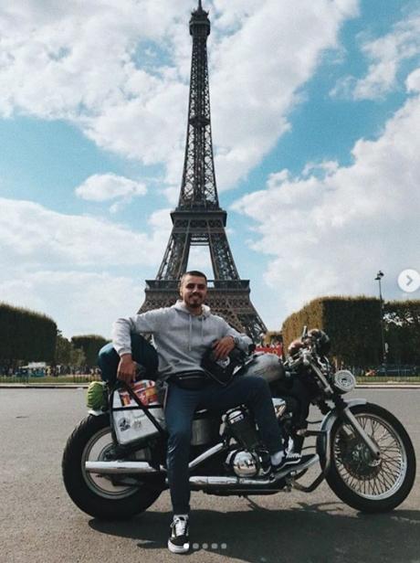Амин на своем байке добрался и до Парижа.
