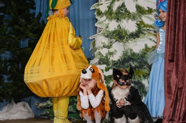 Ребята делают представления на Рождество каждый год.