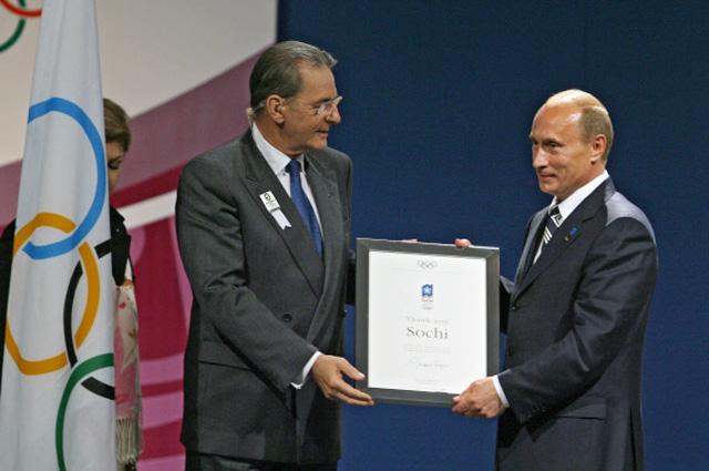 Президент Международного олимпийского комитета Жак Рогге и президент России Владимир Путин после объявления решения провести XXII зимние Олимпийские игры 2014 года в городе Сочи