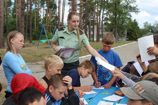 Специалисты различный ведомств посещают детские лагеря.