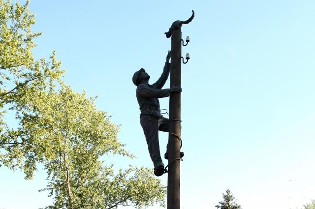 Монтер, спасающий котика - один из самых трогательных памятников.
