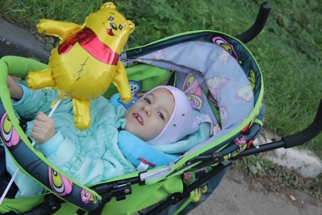 Ксюша Перязина научилась держать игрушки.