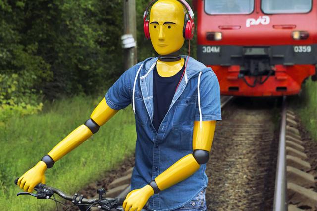 Не проверяйте себя на прочность! Сними наушники и капюшон! Они мешают заметить поезд.
