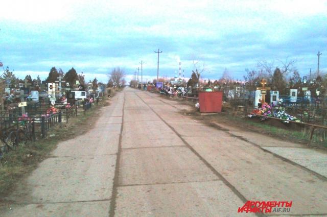 Так называемое «новое кладбище» Волжского очень ухожено и свежих могил на нем становится с каждым годом все больше.