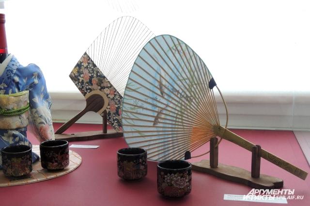 Рисунок на прозрачных веерах можно увидеть, только убрав их со света.
