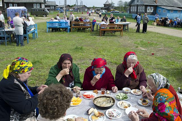 Жители деревни Кривой Наволок Республики Коми на праздновании Дня села.