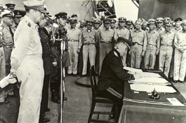 Представитель СССР К. Н. Деревянко ставит свою подпись под актом о капитуляции Японии.