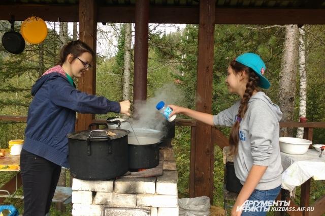 В приютах Михаила Шевалье есть кухни с мойками, бани, туалеты, веранды.