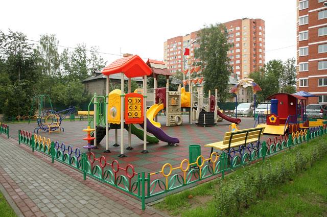 Во дворах устанавливают такие детские площадки.