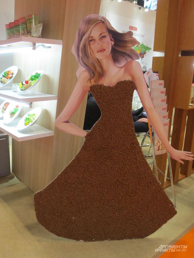 Белокурая красавица вплатье изгречки-ядрицы привлекала внимание кроссийскому стенду.