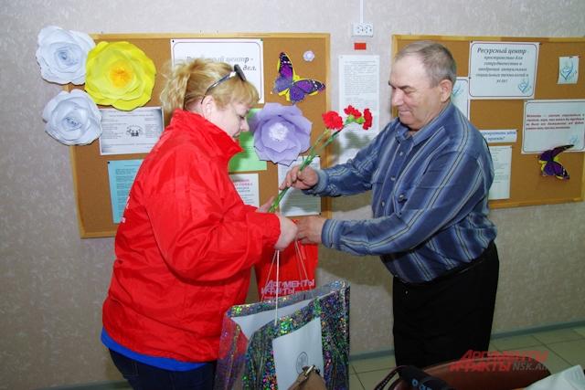 Геннадий Иванович принимает подарки в Совете ветеранов.