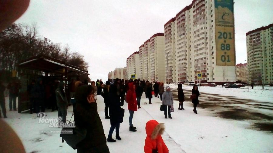 Многие горожане не выдержав ожидания автобусов, ушли домой.