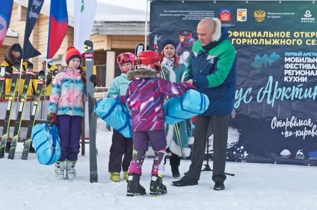 Директор Кировского филиала АО «Апатит» Андрей Абрашитов вручил юным горнолыжникам комплекты новых лыж и сладкие подарки