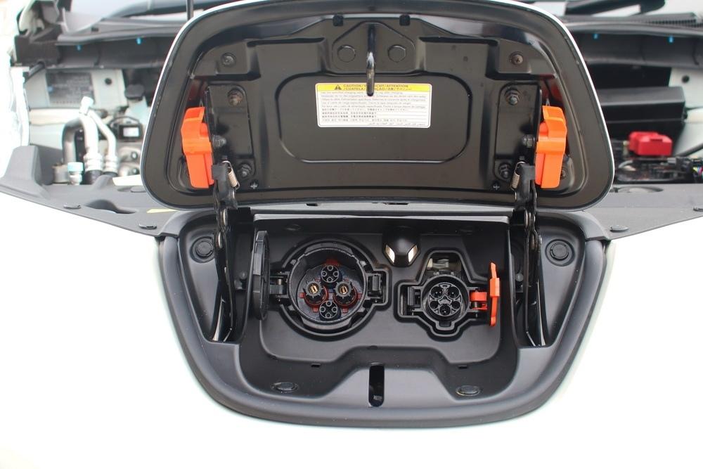 Гнёзда для подключения зарядного устройства - можно подключиться как к обычной сети, так и к специальной станции.