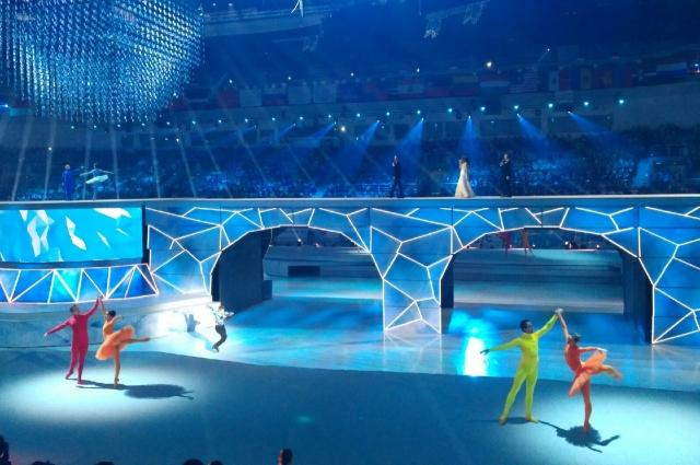 Сцена трансформировалась в ледовую площадку и мост для факелоносцев.