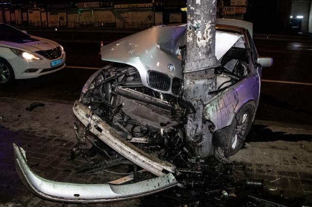 По неизвестным причинам водитель поскандалил с пассажирами, остановил авто и вышел из него.