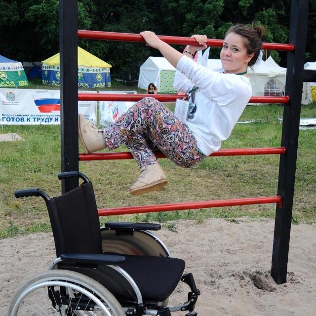 Выпрыгнуть из коляски она смогла в 25 лет.