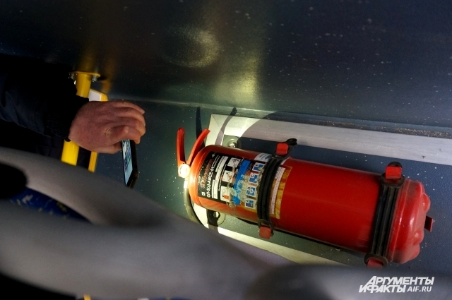 Проверив огнетушитель, инспектор обнаружил, что в баллоне низкое давление.