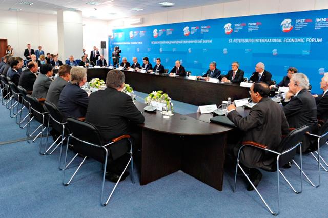 Владимир Путин на встрече с руководителями ведущих энергетических компаний на полях Петербургского международного экономического форума /ПМЭФ/ в Санкт-Петербурге