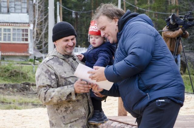 Дмитрию Буцику вручают благодарственное письмо за помощь в обустройстве Екатерининской экологической тропы.
