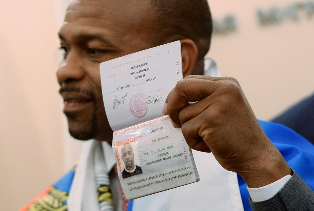 Рой Джонс-младший в 2015 г. получил паспорт РФ.