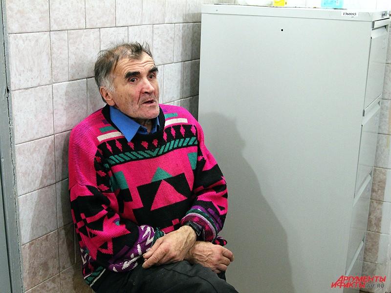 В ночлежке для бездомных интеллигентному мужчине пришлось общаться с бездомными разных мастей
