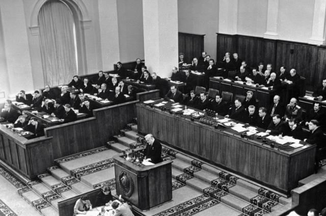Председатель Совета министров СССР, член Президиума ЦК КПСС Николай Булганин (на трибуне) выступает на XX съезде КПСС. 1956 год