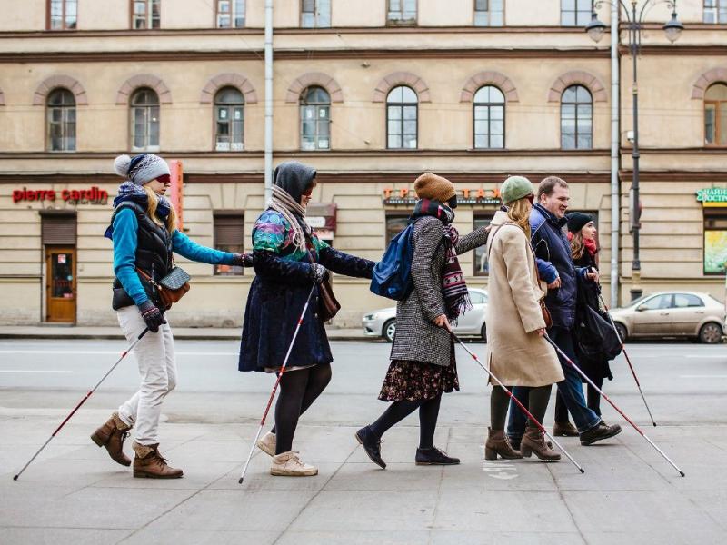 Люди с завязанными глазами исследуют Петербург по-новому.
