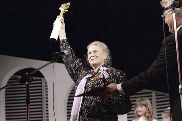 VII международный кинофестиваль «Созвездие-95». Любовь Соколова, актриса, награждена призом Гильдии актеров кино России «За выдающийся вклад в профессию».