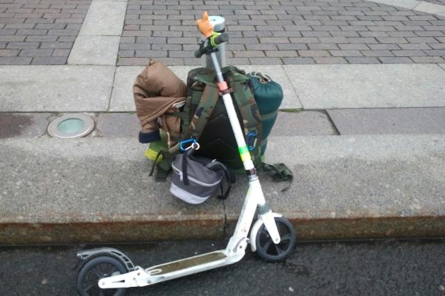 Александр взял с собой самокат и рюкзак.