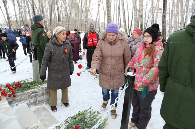 Возложение цветов к восстановленному памятнику героям-красноармейцам.