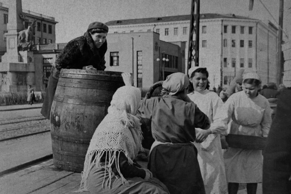 Работницы столовой скатывают бочку пива в честь Победы