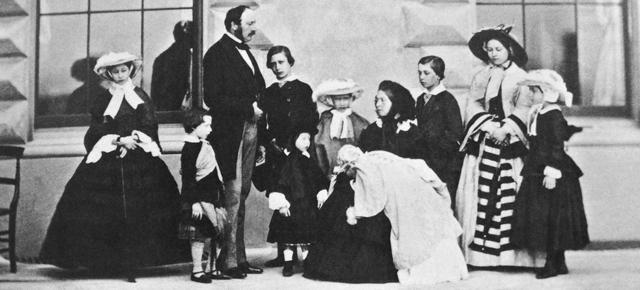 Альберт, Виктория и их девять детей, 1857 год. Слева направо: Алиса, Артур, Альберт, Эдуард, Леопольд, Луиза, Виктория с Беатрис, Альфред, Виктория и Елена.