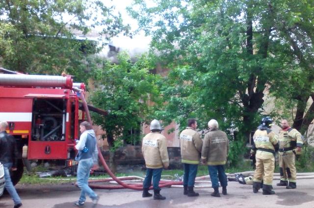 В тушении пожара задействовали шесть единиц техники.