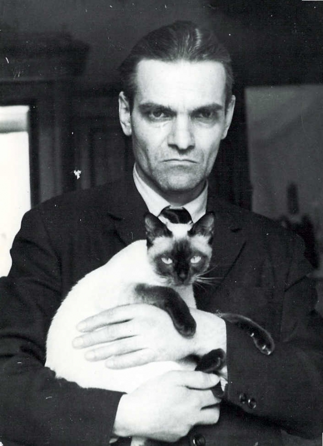 Кнорозов с сиамской кошкой Асей.