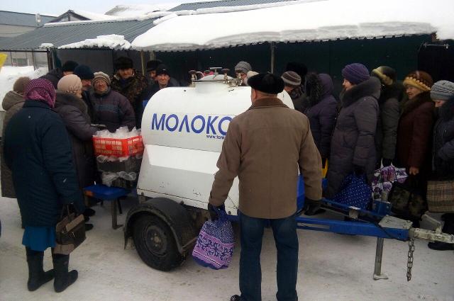 Продают молоко из бочки не всем, часть жителей получают полезный продукт бесплатно.