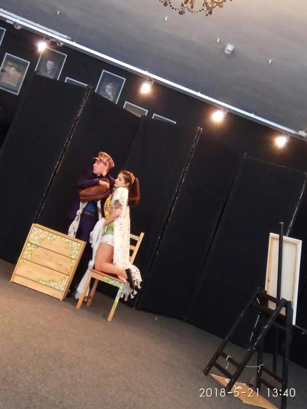 Репетировали сцену объяснения молодых людей.
