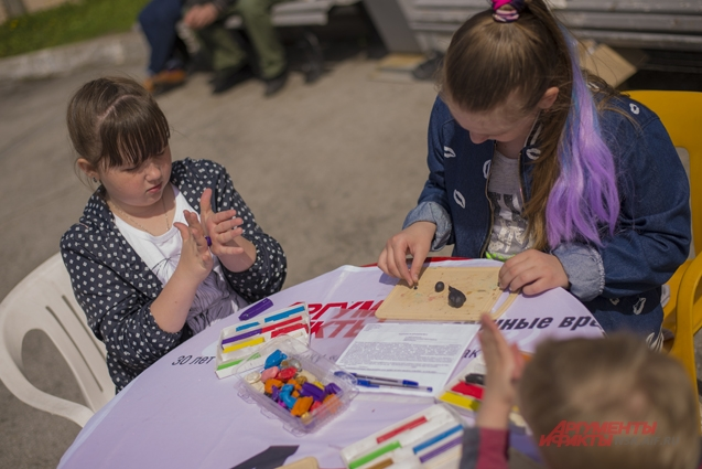 Дети лепили из пластилина поделки для конкурса.