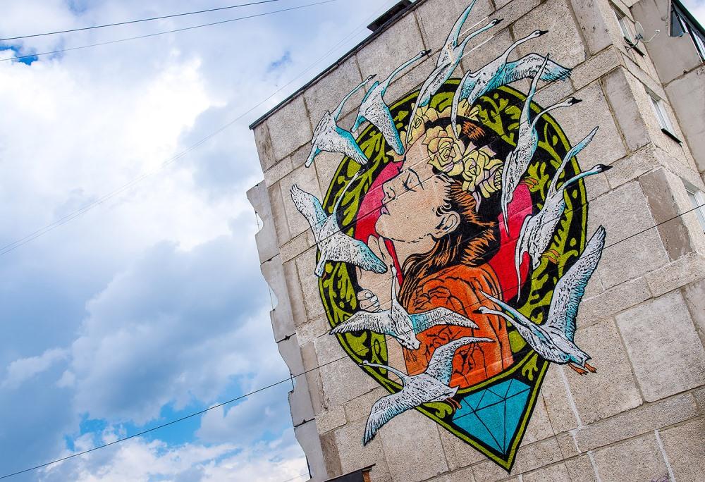 Картины от мастеров из разных стран украшают обычные дома в Сатке.