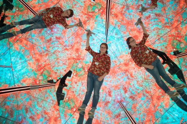 Чтобы попасть в павильон, предстояло пройти через гигантский калейдоскоп, который создавал фантастические картины.